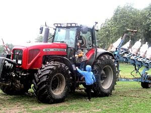 """Die Jungs der Klasse 3b erkunden gerade den """"Traktor zum anfassen"""""""